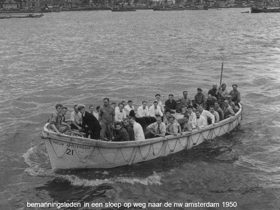bemanningsleden in een sloep op weg naar de nw amsterdam 1950