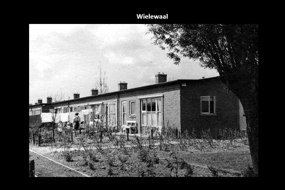 Waalhaven pier 1 goederenwagens en havenkranen op de kade 1950