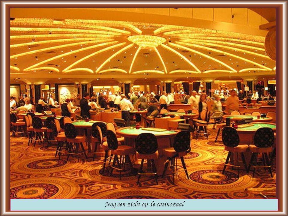 Een zicht op de casinozaal met 500 tafels, 1600 gokmachines en 30 privékamers