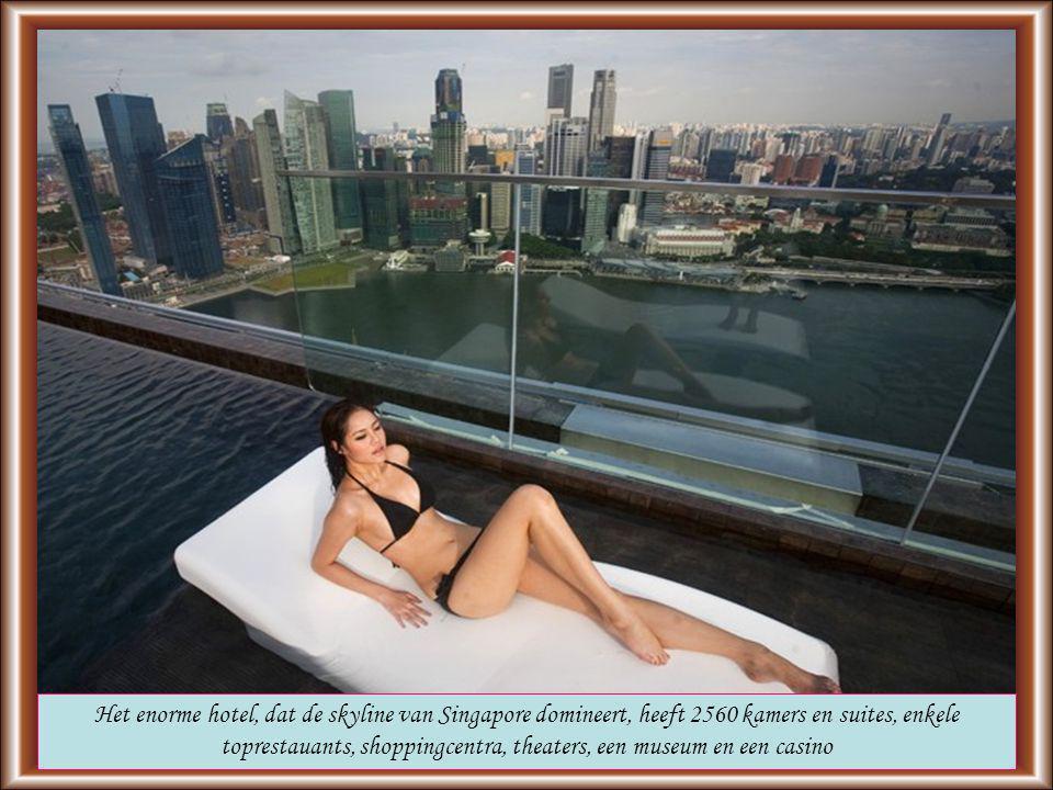 Het enorme hotel, dat de skyline van Singapore domineert, heeft 2560 kamers en suites, enkele toprestauants, shoppingcentra, theaters, een museum en een casino