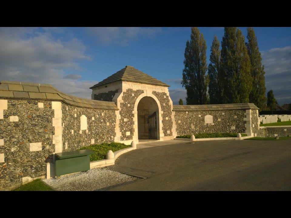 Achteraan bevindt zich het halfcirkelvormige Tyne Cot Memorial met de namen van 33.783 vermiste Britse soldaten en, in een afzonderlijke apsis, nog ee