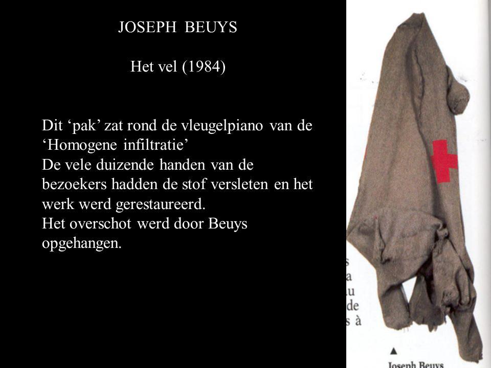 JOSEPH BEUYS Het vel (1984) Dit 'pak' zat rond de vleugelpiano van de 'Homogene infiltratie' De vele duizende handen van de bezoekers hadden de stof versleten en het werk werd gerestaureerd.