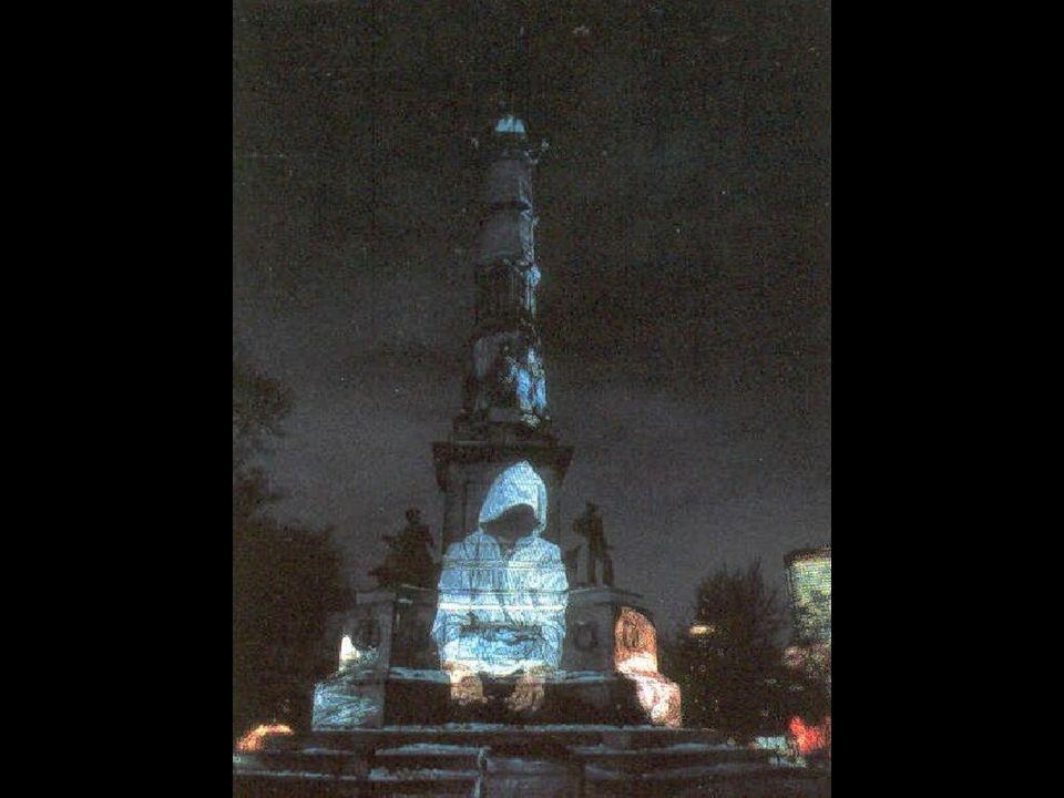 DANIEL BUREN De twee lagen (1989) 'De kolonnen van Buren' Het werk kreeg veel kritiek en toch past het in het kader van het Palais Royal.