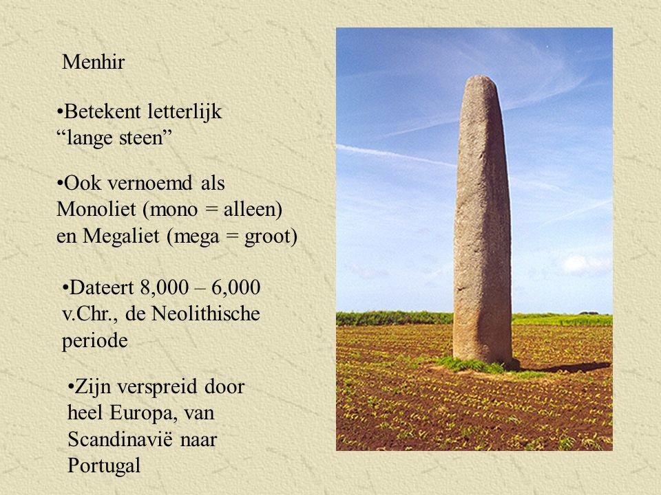 """Menhir Betekent letterlijk """"lange steen"""" Ook vernoemd als Monoliet (mono = alleen) en Megaliet (mega = groot) Dateert 8,000 – 6,000 v.Chr., de Neolith"""