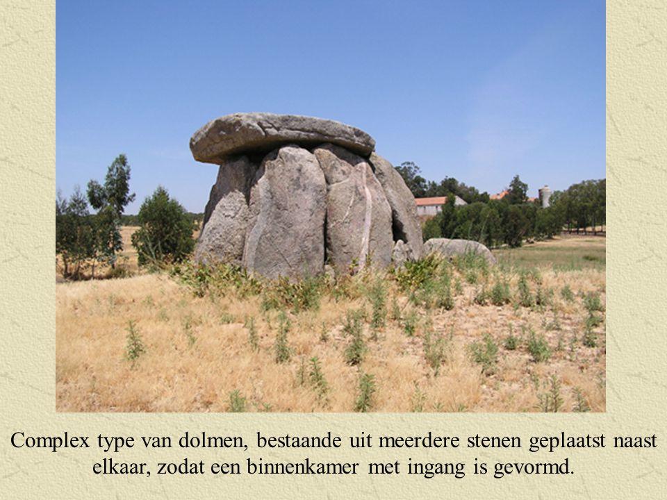 Complex type van dolmen, bestaande uit meerdere stenen geplaatst naast elkaar, zodat een binnenkamer met ingang is gevormd.