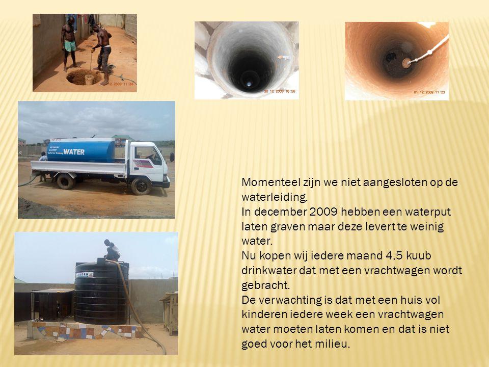 Momenteel zijn we niet aangesloten op de waterleiding. In december 2009 hebben een waterput laten graven maar deze levert te weinig water. Nu kopen wi