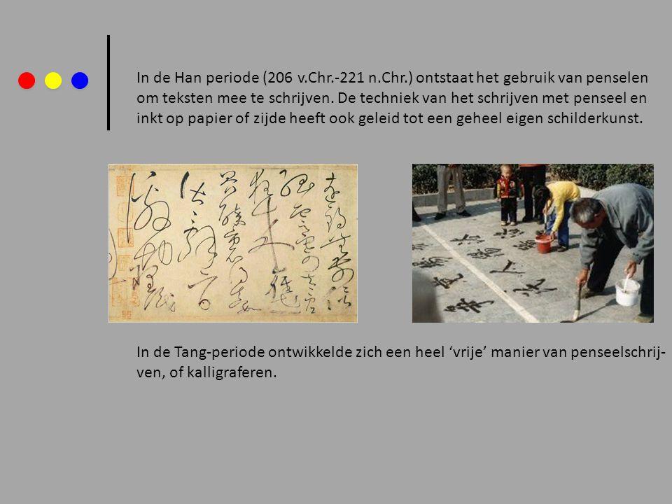 Het kalligraferen gebeurt vaak met dezelfde inkt als waar (verdund) mee geschilderd wordt.