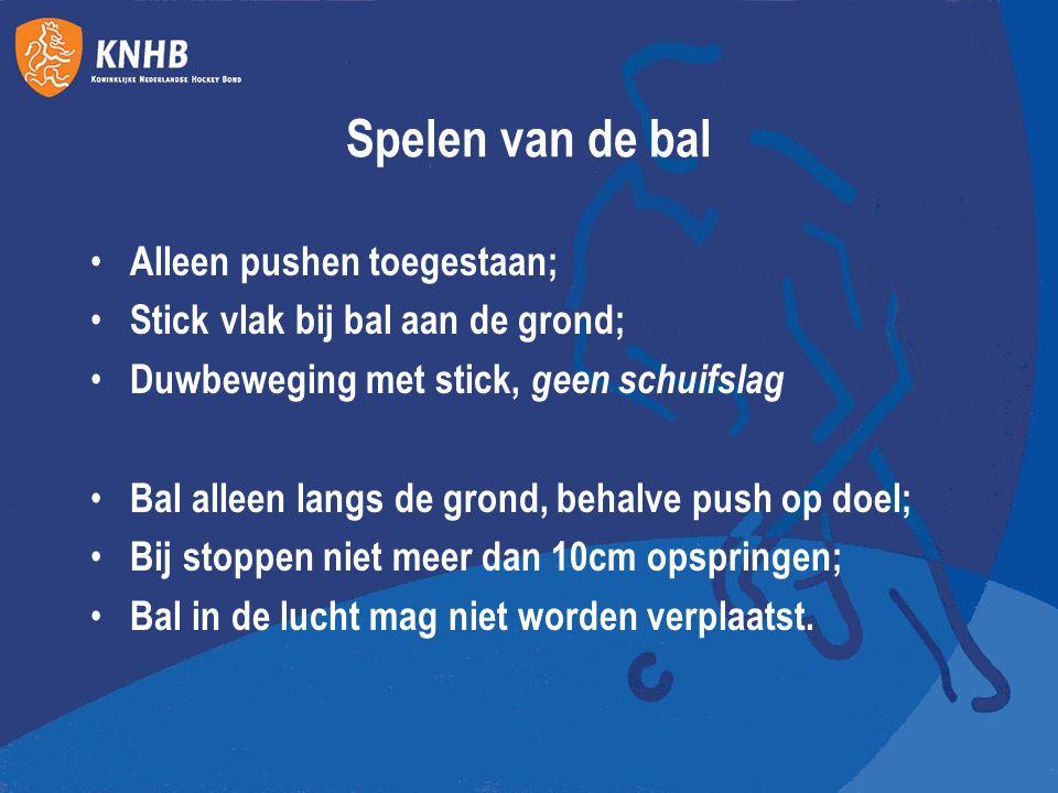 Spelen van de bal Alleen pushen toegestaan; Stick vlak bij bal aan de grond; Duwbeweging met stick, geen schuifslag Bal alleen langs de grond, behalve