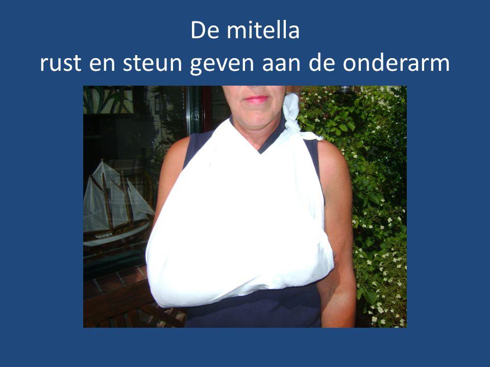 De mitella over 1 schouder bij combinatie steun en rust onderarm en letsel van de schouder of sleutelbeen