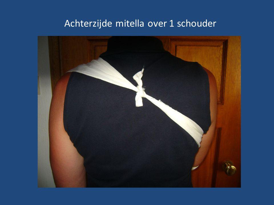 De Mitella over 1 schouder bij een gefixeerde onderarm door pijn