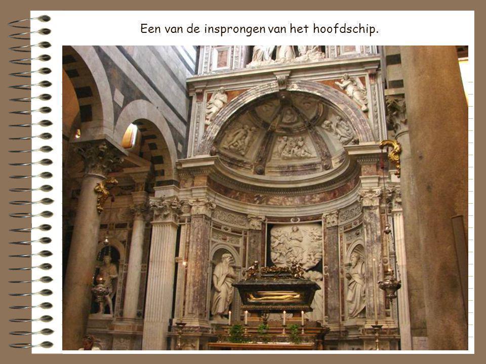 Een van de bronzen toegangspoorten van de kathedraal.