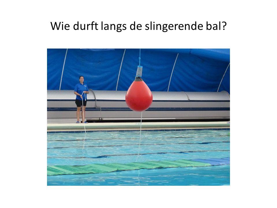 Wie durft langs de slingerende bal?