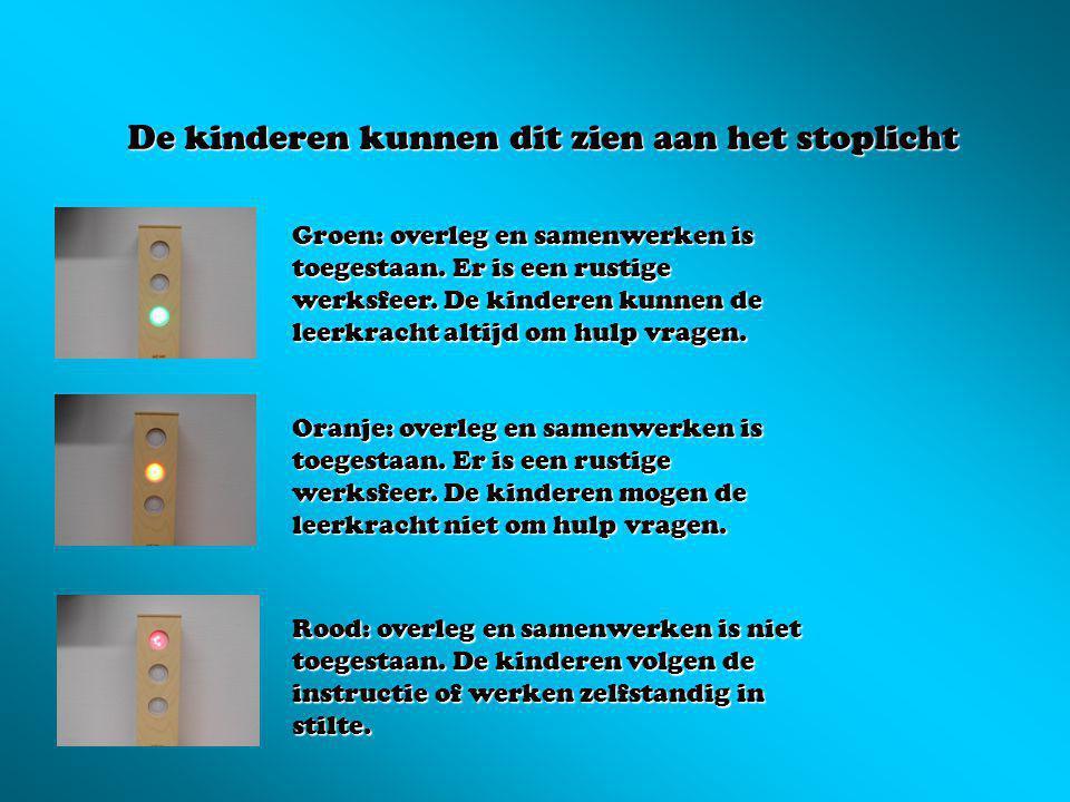 De kinderen kunnen dit zien aan het stoplicht Groen: overleg en samenwerken is toegestaan. Er is een rustige werksfeer. De kinderen kunnen de leerkrac