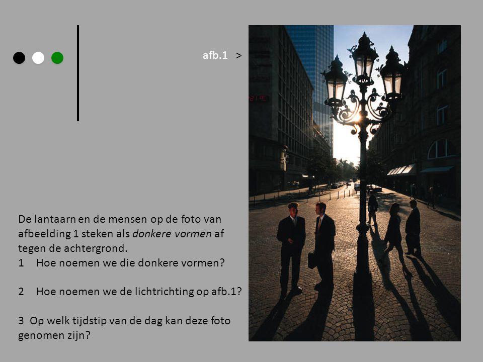De lantaarn en de mensen op de foto van afbeelding 1 steken als donkere vormen af tegen de achtergrond. 1Hoe noemen we die donkere vormen? 2Hoe noemen