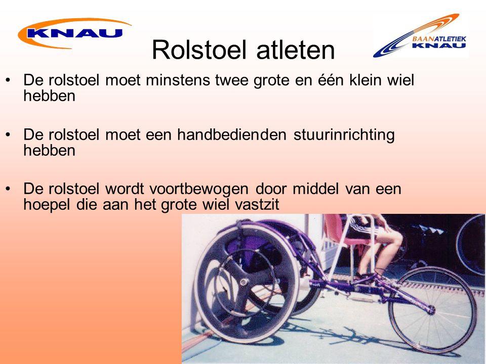 Rolstoel atleten De rolstoel moet minstens twee grote en één klein wiel hebben De rolstoel moet een handbedienden stuurinrichting hebben De rolstoel wordt voortbewogen door middel van een hoepel die aan het grote wiel vastzit