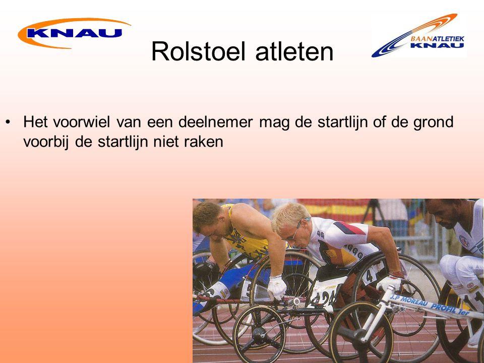Rolstoel atleten Het voorwiel van een deelnemer mag de startlijn of de grond voorbij de startlijn niet raken