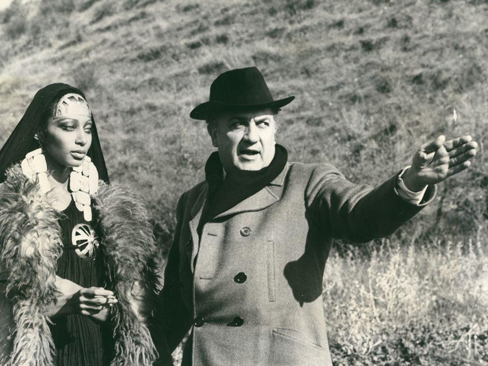 …un viaggio verso l'antichità, intendo per l'antichità uno strato psichico profondo …un occhio vergine, imparziale, soltanto meravigliato e innamorato …un viaggio verso sconosciutezza …l'analogia non è stata cercata così freddamente, con un calculo preciso, ma… Fellini over Fellini Satyricon: