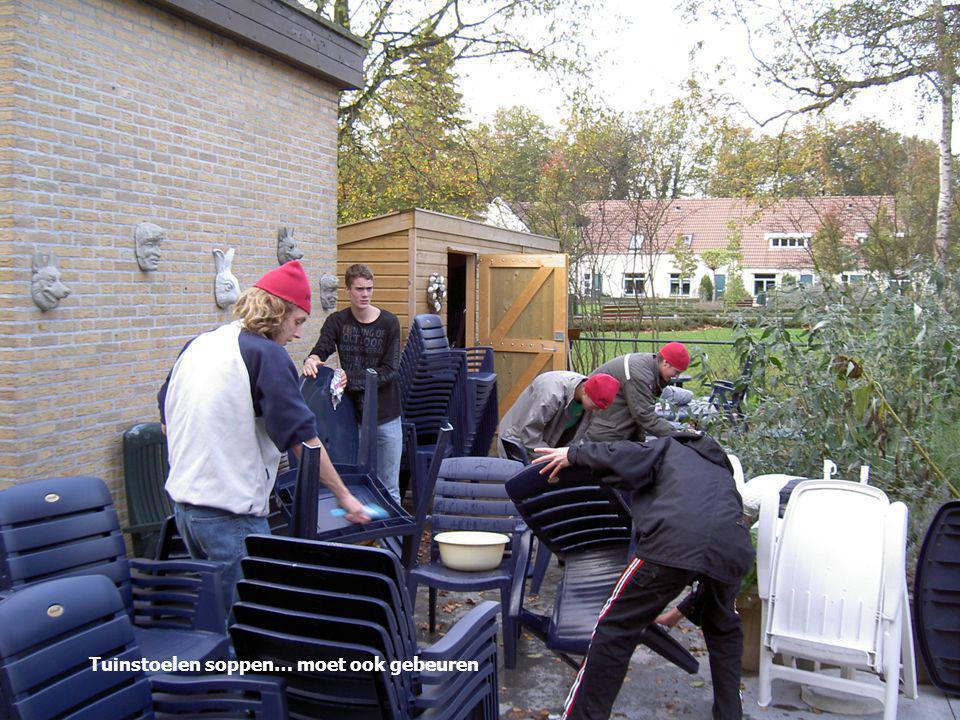 Tuinstoelen soppen… moet ook gebeuren