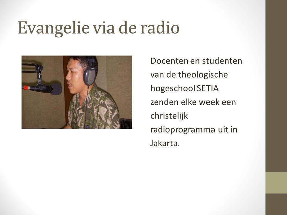 Evangelie via de radio Docenten en studenten van de theologische hogeschool SETIA zenden elke week een christelijk radioprogramma uit in Jakarta.
