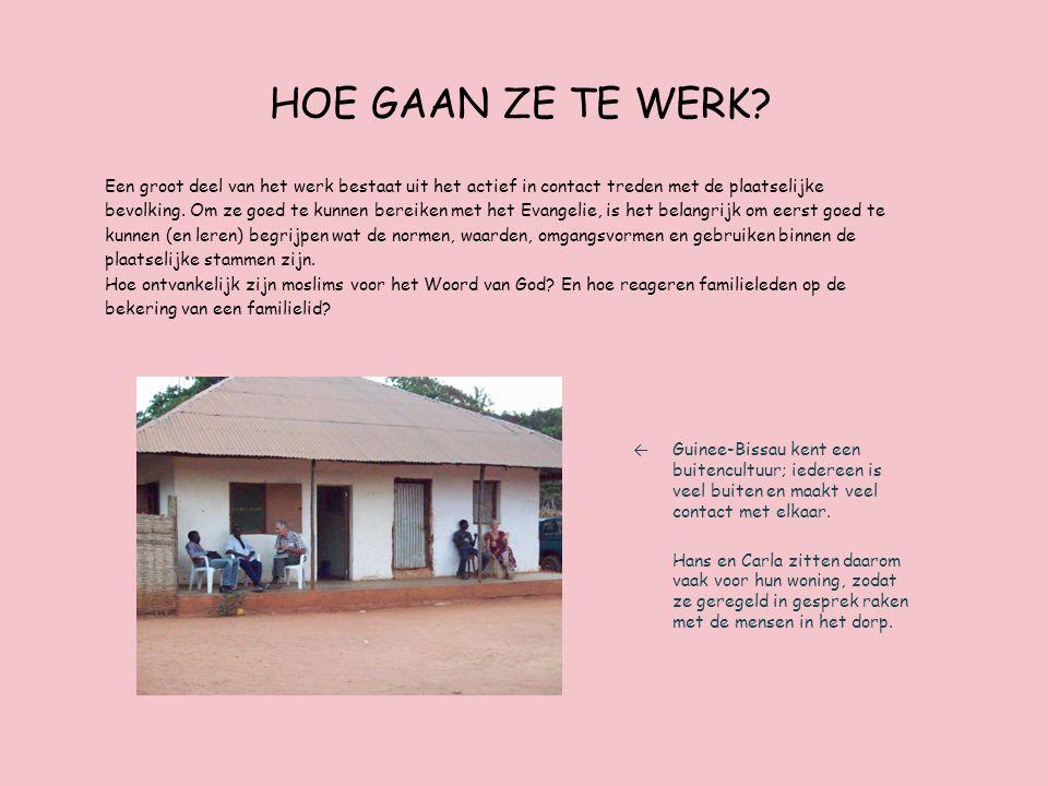 De omgeving Boven: Vrienden en dorpsgenoten van Hans en Carla tijdens een dorpsplechtigheid.
