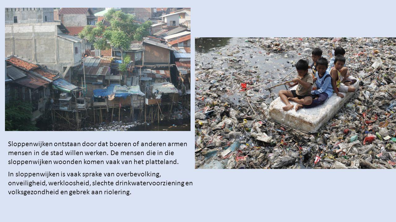 In sloppenwijken is vaak sprake van overbevolking, onveiligheid, werkloosheid, slechte drinkwatervoorziening en volksgezondheid en gebrek aan riolerin