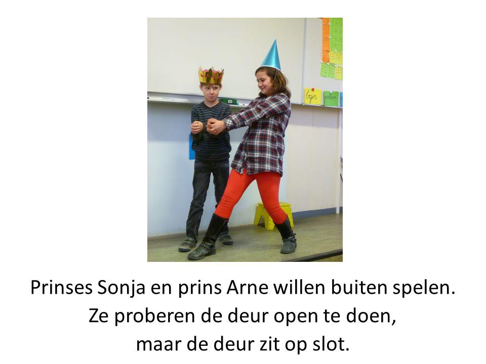 Prinses Sonja en prins Arne willen buiten spelen. Ze proberen de deur open te doen, maar de deur zit op slot.