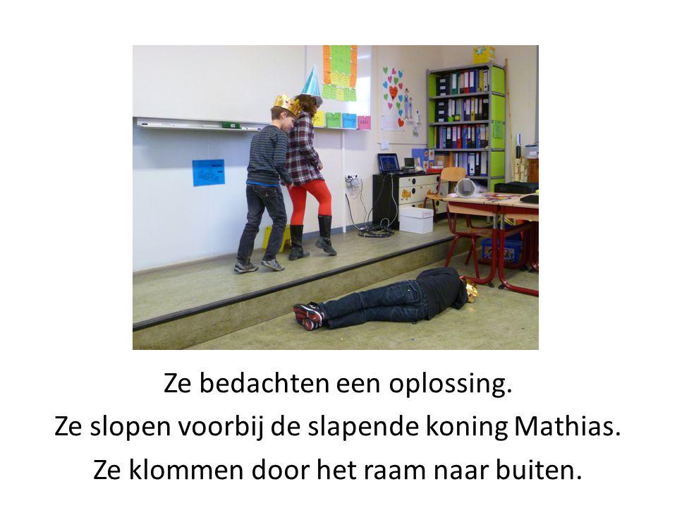 Ze bedachten een oplossing. Ze slopen voorbij de slapende koning Mathias. Ze klommen door het raam naar buiten.