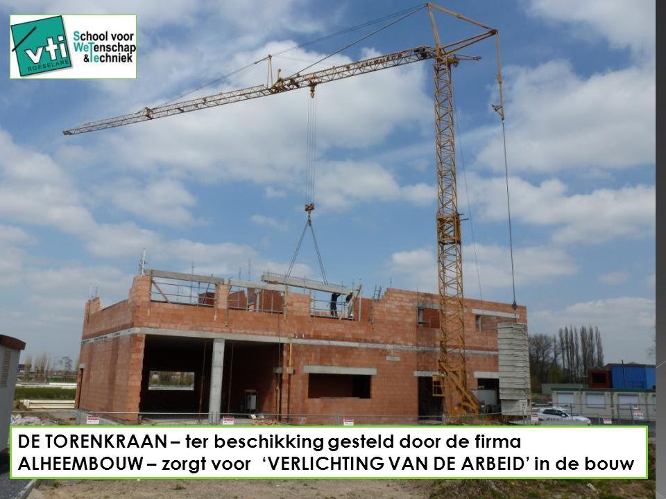 DE TORENKRAAN – ter beschikking gesteld door de firma ALHEEMBOUW – zorgt voor 'VERLICHTING VAN DE ARBEID' in de bouw