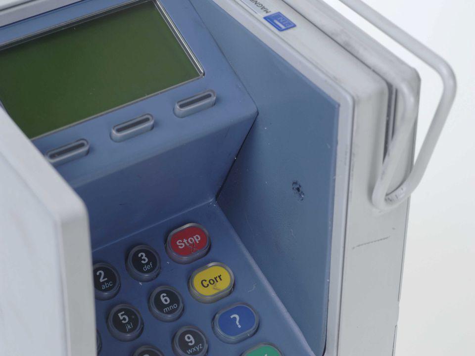 Herkenning Lensopening voor de minicamera, bestemd voor de registratie van de pin code is zichtbaar.