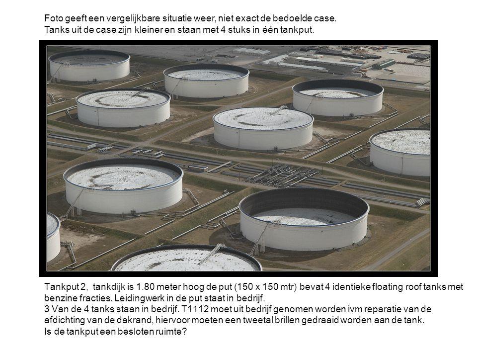 Tankput 2, tankdijk is 1.80 meter hoog de put (150 x 150 mtr) bevat 4 identieke floating roof tanks met benzine fracties. Leidingwerk in de put staat