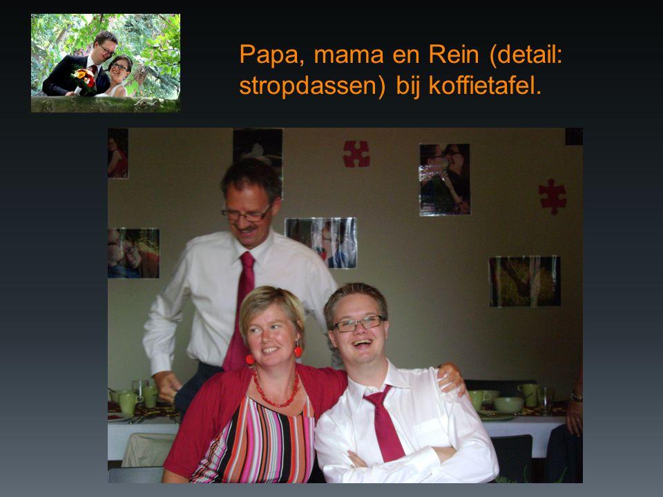 Papa, mama en Rein (detail: stropdassen) bij koffietafel.