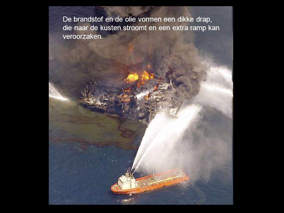 Op de foto is goed te zien hoe de vlammen een gat in het helikopterdek gebrand hebben.