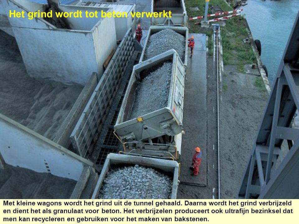 Het grind wordt tot beton verwerkt Met kleine wagons wordt het grind uit de tunnel gehaald. Daarna wordt het grind verbrijzeld en dient het als granul