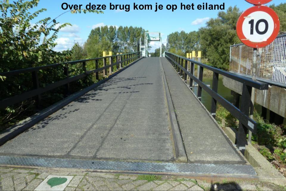 Over deze brug kom je op het eiland